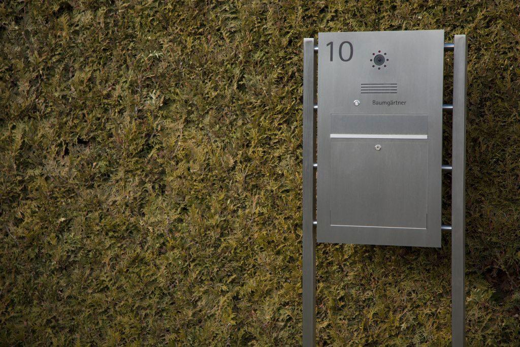 Briefkasten Edelstahl freistehend Hausnummer Video Sprechstelle Namensbeschriftung